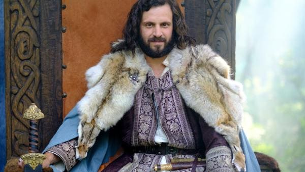 Wikingerhäuptling Alarik (Joel Spira) auf seinem Thron. | Rechte: NDR/Anders Nicander