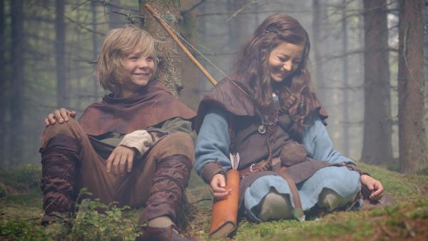 Halvdan (Vilgot Hedtjaern) und Meia (Ellinea Siambalis) verbringen heimlich Zeit im Wald. | Rechte: NDR/Anders Nicander