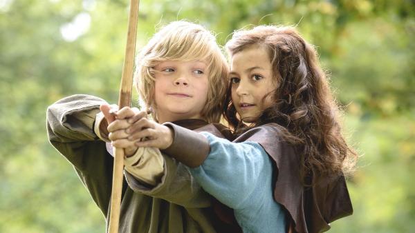 Meia (Ellinea Siambalis) bringt Halvdan (Vilgot Hedtjaern) das Bogenschießen bei. | Rechte: NDR/Anders Nicander