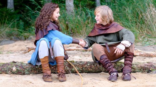 Halvdan (Vilgot Hedtjaern) und Meia (Ellinea Siambalis) haben einen Plan. | Rechte: NDR/Anders Nicander