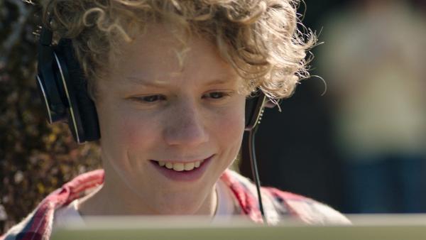 Grim (Tage Hogness) bearbeitet einen Song der Band am Computer. | Rechte: NDR/Bjorn Bratberg