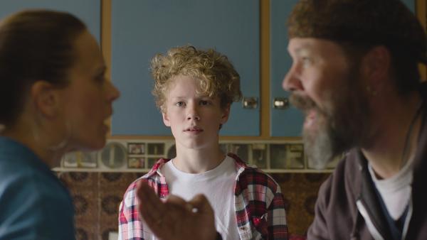 Grims (Tage Hogness) Eltern Anne (Ine Jansen) und Simen (Stig Henrik Hoff) und streiten sich nur noch. | Rechte: NDR/Bjorn Bratberg