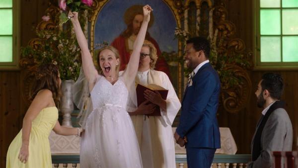 Die Braut (Vera Vitali) schafft es dank Los Bando noch zur Hochzeit. | Rechte: NDR/Bjorn Bratberg