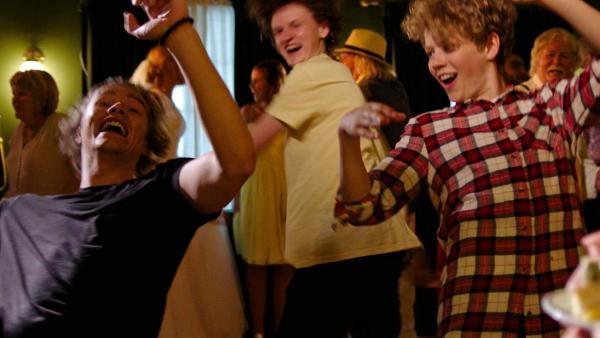 Los Bando tanzt und feiert auf der Hochzeit. | Rechte: NDR/Bjorn Bratberg