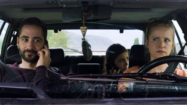 Nach einem lebensbedrohlichen Asthmaanfall wird Amelie (Mia Kasalo, Mi.) von ihren Eltern Sarah (Susanne Bormann, re.) und Lukas (Denis Moschitto, li.) in eine Spezialklinik nach Südtirol gebracht. | Rechte: rbb/Lieblingsfilm/Martin Schlecht