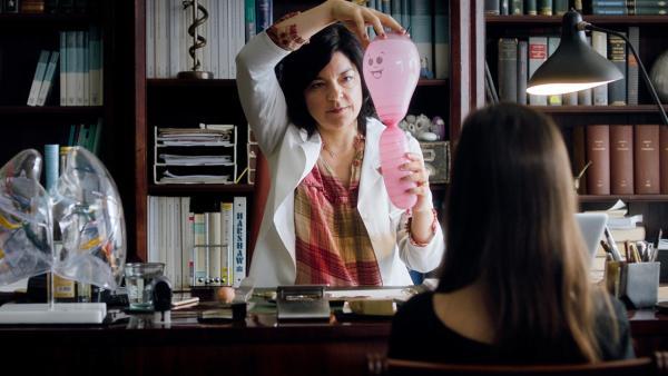 Dr. Murtsakis (Jasmin Tabatabai) erklärt Amelie (Mia Kasalo), wie es zu einem Asthmaanfall kommt. | Rechte: rbb/Lieblingsfilm/Martin Schlecht