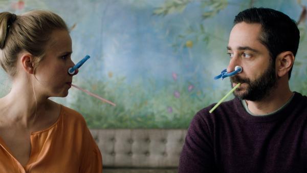 Amelies Eltern Sarah (Susanne Bormann) und Lukas (Denis Moschitto) erfahren, wie sich ein Asthmaanfall anfühlt. | Rechte: rbb/Lieblingsfilm/Martin Schlecht