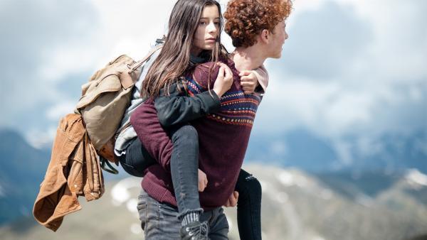 Als Bart (Samuel Girardi) Amelie (Mia Kasalo) das Leben rettet, stellt sie fest, dass er viel interessanter ist, als anfangs gedacht. Gemeinsam begeben sich die beiden auf eine abenteuerliche Reise, bei der es um hoffnungsvolle Wunder und echte Freundschaft geht. | Rechte: rbb/Martin Rattini