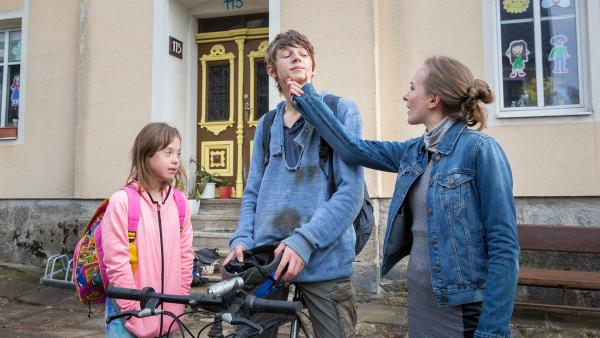Emas Lehrerin (Elizaveta Maximová) ist entsetzt wie Darek (Tomáš Dalecký), der sich gerade mit Hugo (Jakub Čech) geprügelt hat, aussieht.   Rechte: MDR/Kinderfilm GmbH/Andreas Wünschirs