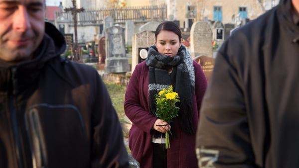 Marta (Ewa Farna) auf der Beerdigung von Dareks Mutter (Rückblende). Sie versucht der Familie zu helfen.   Rechte: MDR/Kinderfilm GmbH/Andreas Wünschirs