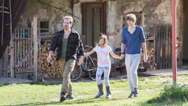 Der Vater (Stanislav Majer) führt Ema (Hana Bartoňová) und Darek (Tomáš Dalecký) zu den Wiesen, um Ihnen von seinen Plänen mit den Pferden zu erzählen.   Rechte: MDR/Kinderfilm GmbH/Andreas Wünschirs