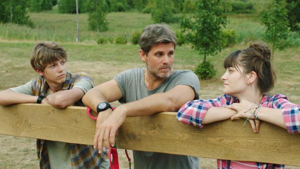 Uli (Steffen Groth), der deutsche Freund des Vaters, hat ein neues Pferd gebracht und gibt Hanna (Emilie Neumeister) und Darek (Tomáš Dalecký) Tipps, wie sie die Pferde pflegen sollen.   Rechte: MDR/Kinderfilm GmbH/Jan Adam Sion