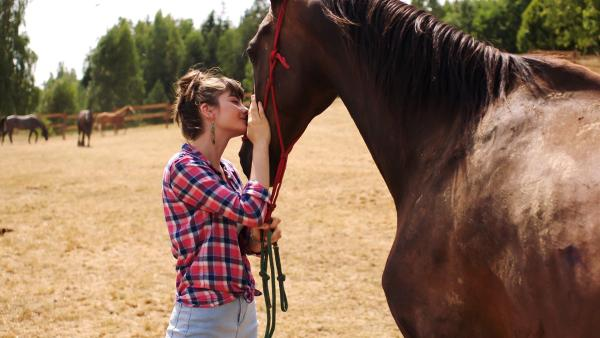 Hanna (Emilie Neumeister) entwickelt nicht nur zu Darek sondern auch zu den Pferden auf dem Hof seiner Familie eine enge Beziehung.   Rechte: MDR/Kinderfilm GmbH/Andreas Wünschirs