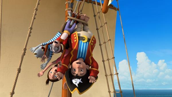 So hat sich das Käpt'n Sharky nicht vorgestellt. Gemeinsam mit seinen Freunden und seiner Crew wurde er gefangen genommen und hängt kopfüber am Mast seines eigenen Schiffes.   Rechte: ZDF/Caligari Film