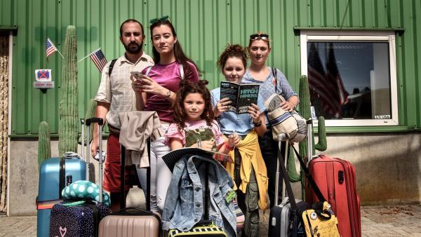 Jip (Layla Zara Seme, Mi.) und ihre Familie ist in Amerika angekommen und wartet auf ihren Miet-Camper. | Rechte: NDR/Pief Weyman