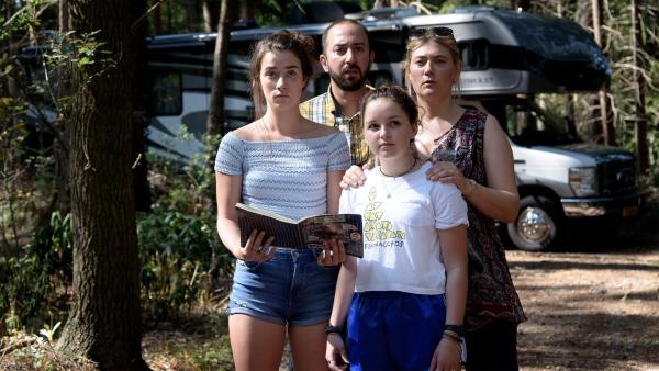 Auf der Suche nach der vermissten Jip (Layla Zara Seme) findet Jip's Familie ihr Expeditionsbuch im Wald. | Rechte: NDR/Pief Weyman