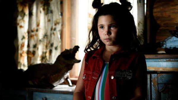 Jip (Layla Zara Seme) ist im Haus des Jägers und hat Angst. | Rechte: NDR/Pief Weyman