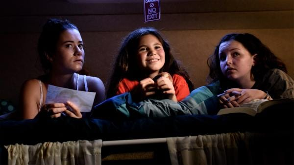 Kim (Kiki Wartena), Jip (Layla Zara Seme) & Julia (Serena Bank) müssen im Wohnmobil bleiben und tuscheln miteinander, was mit Papa los sein könnte. | Rechte: NDR/Pief Weyman