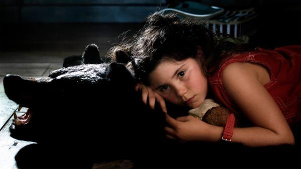 Jip (Layla Zara Seme) ist traurig und hat Heimweh. | Rechte: NDR/Pief Weyman