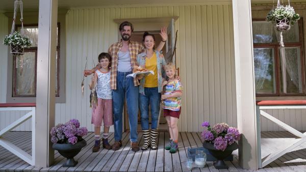 Zu schön um wahr zu sein! Das Haus in Finnland macht Mattis Familie überglücklich! V.l.n.r.: Matti (Mikke Rasch), Vater Sulo (Tommi Korpela), Mutter Annette (Sabine Timoteo) und Sami (Nick Holaschke) | Rechte: NDR/Lieblingsfilm/Christine Schröder