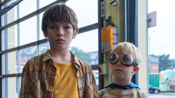 Matti (Mikke Rasch, li.) und sein kleiner Bruder Sami (Nick Holaschke, re.) | Rechte: NDR/Lieblingsfilm/Christine Schröder