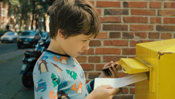 Matti (Mikke Rasch) schickt die Gewinnmeldung an seine Eltern ab. | Rechte: NDR/Lieblingsfilm/Christine Schröder