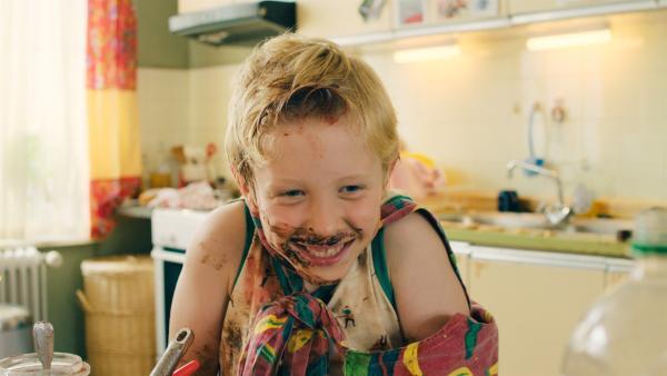Sami (Nick Holaschke) freut sich über sein erstes selbst gekochtes Essen. | Rechte: NDR/Lieblingsfilm/Christine Schröder