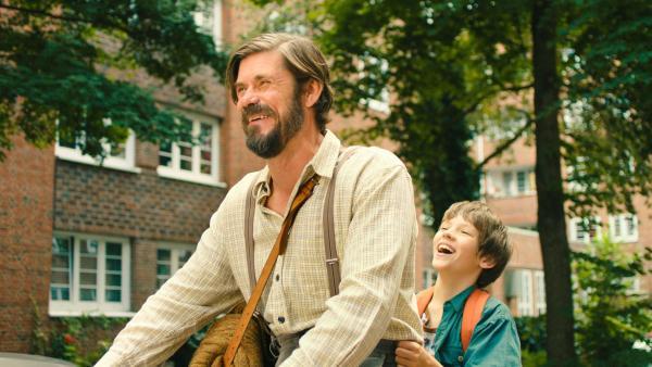 Sulo (Tommi Korpela) bringt Matti (Mikke Rasch) zur Schule. | Rechte: NDR/Lieblingsfilm/Christine Schröder