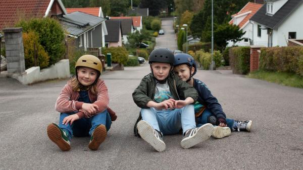 Sune (Elis Gerdt, Mi.) mit seinem kleinen Bruder Håkan (Baxter Renman, re.) und seiner besten Freundin Sophie (Lily Wahlsteen) | Rechte: BR/Unlimited Stories/Erik Persson