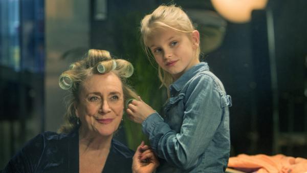 Stück für Stück werden Romy (Vita Heijmen) und ihre Oma Stine (Beppie Melissen) zu einem eingeschworenen Team. | Rechte: NDR/Elmer van der Marel