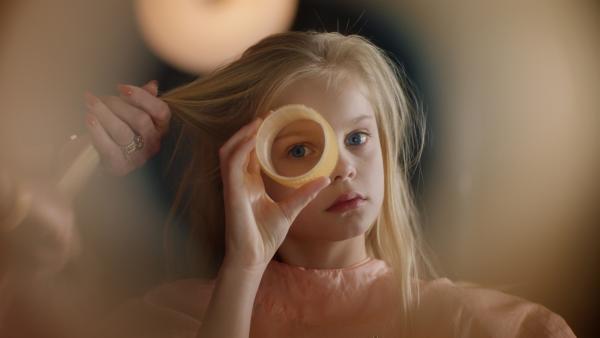 Die zehnjährige Romy (Vita Heijmen) ist überhaupt nicht begeistert, dass sie ihre freien Nachmittage fortan bei ihrer Oma im Friseursalon verbringen soll. | Rechte: NDR/Elmer van der Marel