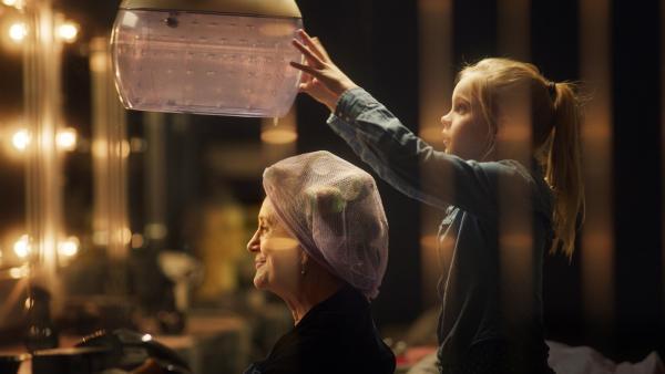 Romy (Vita Heijmen) träumt davon eines Tages den Friseursalon ihrer Oma Stine (Beppie Melissen) zu übernehmen und übt fleißig dafür. | Rechte: NDR/Elmer van der Marel