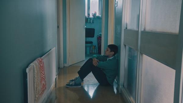 Joe (Daniel Frogson) weiß nicht mehr weiter. Er ist jetzt mehr als eine Woche allein und seine Mutter kommt einfach nicht wieder. Soll er sich in seiner Not jemandem anvertrauen? | Rechte: NDR/BBC/Joanne Mullins