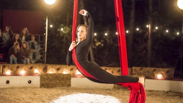 Beim Eröffnungsabend des großen Zirkus Noel zeigt Karo (Luna Wijnands) ihre eigene, einstudierte Nummer am Seil vor Publikum. | Rechte: MDR/Phanta Basta!