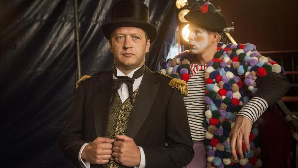 Zirkusdirektor Pedro (Rein Hofman, li.) eröffnet das Programm, neben ihm sein Showpartner Clown Maaiko (Rick Paul van Mulligen). | Rechte: MDR/Phanta Basta!