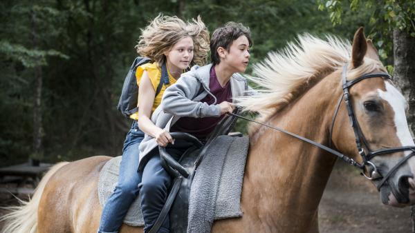 Karo (Luna Wijnands) und Oscar (Samuel Beau Reurekas) reiten schnell wie der Wind, damit Oscar noch rechtzeitig bei der Horse Boy Nummer auftreten kann. | Rechte: MDR/Phanta Basta!