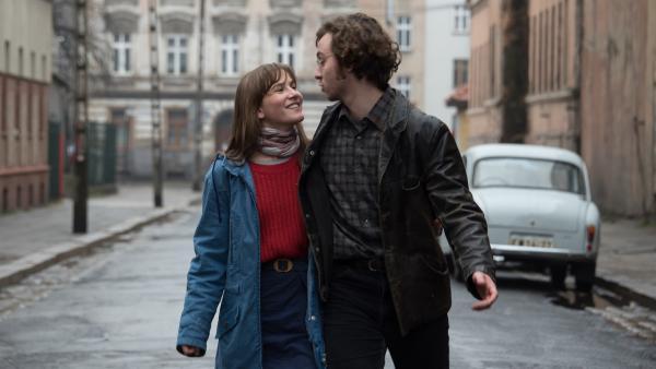 Bei einem innerdeutschen Jugendaustausch 1986 lernt die 17-jährige Anna (Lea Freund) in Ostberlin den gleichaltrigen Philipp (Tim Bülow) kennen und die beiden verlieben sich. | Rechte: ZDF/Meike Birck