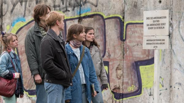 1986 in Westberlin: Anna (Lea Freund, 2. v.re.) sieht zusammen mit einer Jugendgruppe zum ersten Mal die Berliner Mauer und ist über diese Trennung der Stadt sehr betroffen. | Rechte: ZDF/Meike Birck