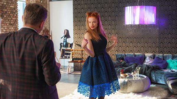 Lilith (Emma Bading) gefällt sich als Tochter des Teufels (Samuel Finzi). | Rechte: ZDF/Wolfgang Ennenbach