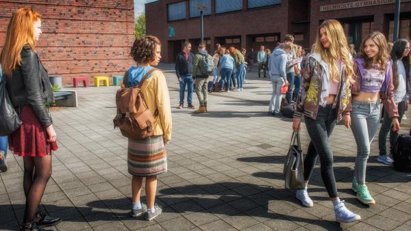 Greta (Janina Fautz, Mitte links) hat bei Melody (Matilda März, Mitte rechts) und Daria (Amina Merai, rechts) keinen guten Stand (links: Lilith (Emma Bading)).   Rechte: ZDF/Wolfgang Ennenbach