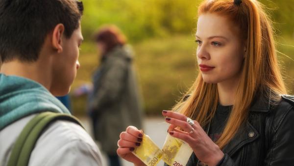 Lilith (Emma Bading) bietet Carlo (Emilio Sakraya) ein Geschäft an. | Rechte: ZDF/Wolfgang Ennenbach