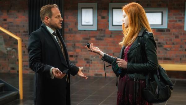 Der Teufel (Samuel Finzi) stellt seine Tochter (Emma Bading) auf die Probe. | Rechte: ZDF/Wolfgang Ennenbach