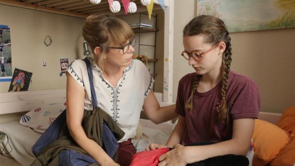 Lilja (Cloé Heinrich, re.) belastet die Situation zu Hause, ihre Mama Sonja (Milena Dreißig, li.) hat jedoch keine Zeit für sie. | Rechte: ZDF/StudioZentral