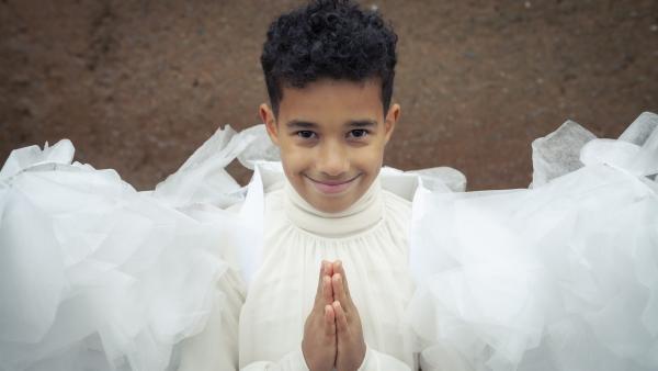 Beim Krippenspiel in der Schule soll Paule (Sanusi Bah) den Schwarzen Kaspar spielen. Er will aber viel lieber der Engel sein. | Rechte: KiKA/MDR/TELLUX film/CROSS MEDIA/Conny Klein