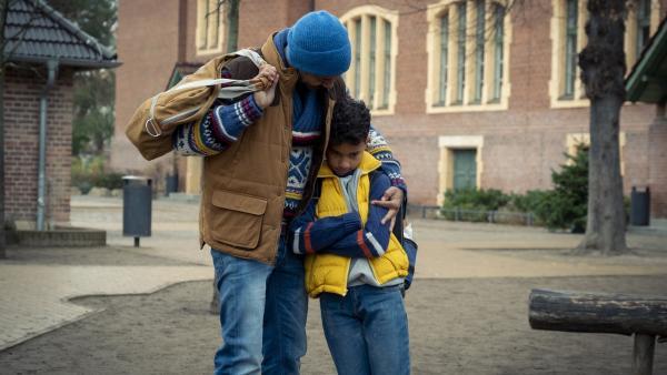 Paule (Sanusi Bah) ist enttäuscht und weint, sein Vater (Tyron Ricketts) tröstet ihn. | Rechte: KiKA/MDR/TELLUX film/CROSS MEDIA/Conny Klein