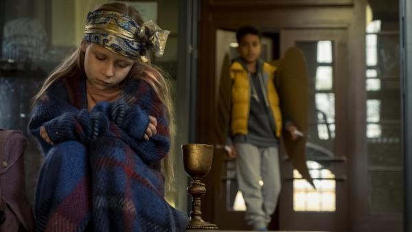 Paul (Sanusi Bah, r.) sieht, dass Sarah (Anna Wittowsky, l.) traurig ist. | Rechte: KiKA/MDR/TELLUX film/CROSS MEDIA/Conny Klein