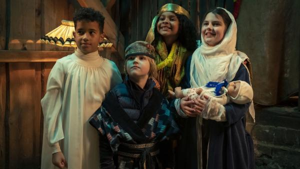 Die Kinder bei der Aufführung des Krippenspiels (v.l.: Paul (Sanusi Bah), Max (Camille Loup Moltzen), Sophie (Luiza Dandara Guimaraes), Sidra (Hannie Boon)) | Rechte: KiKA/MDR/TELLUX film/CROSS MEDIA/Conny Klein