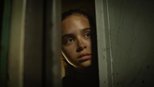 Die Regierung schlägt zurück: Sara (Faye Kimmijser) versteckt sich vor den Wachen. | Rechte: NDR/Umami Media