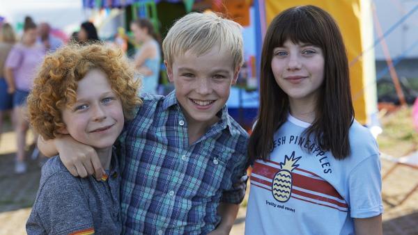 Benni (Leopold Ferdinand Schill), Alfons (Tilman Döbler) und Emilia (Lisa Moell) | Rechte: MDR/Edith Held