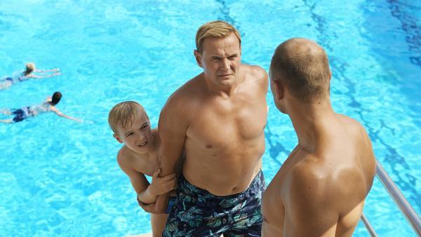Alfons (Tilman Döbler), Vater Zitterbacke (Devid Striesow), und Herr Röthmann (Jorres Risse) im Schwimmbad   Rechte: MDR/Edith Held